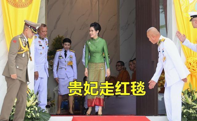 35岁泰国贵妃好胜心强,头戴茉莉花向诗丽吉致敬,王后不敢小觑她