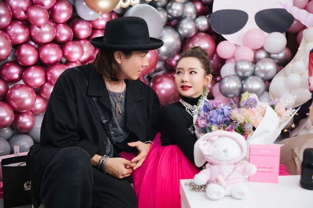 李承铉为戚薇庆生,夫妻俩甜蜜对视晒幸福,结婚6年恩爱如初