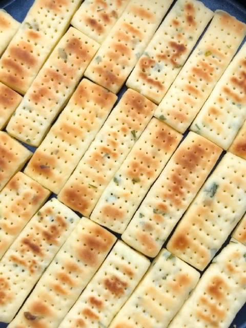 在家也能做饼干?没错,葱香苏打小饼干教程来了……