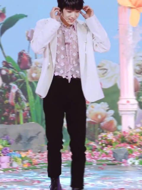 刘耀文女孩直拍,弟弟不仅唱歌甜……