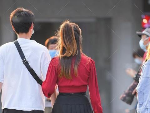 黑色百褶裙该如何选择上衣,红色长袖衫是个不错的选择