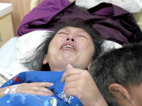 一场车祸,母亲截瘫,女儿命悬一线,父亲重症室外痛哭:家毁了