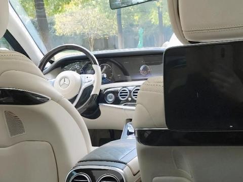 开奔驰迈巴赫S680吃生煎包,被当成司机,随后车主坐到了后排