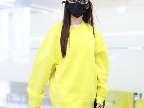 张天爱机场造型真高调!亮黄色卫衣玩转下衣失踪,回头率百分百