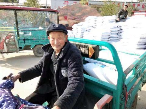 驻村工作队帮扶送化肥 精准帮扶促生产