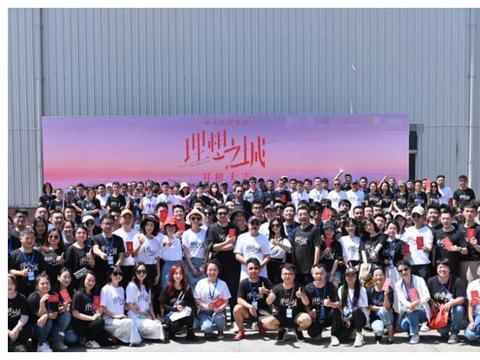 《理想之城》路透,孙俪片场与摄影师调皮互动,赵又廷也被带偏了