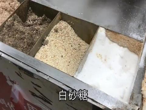 地方特色小吃:锅粑糍粑,煎的金黄色再裹上花生芝麻,贼香!