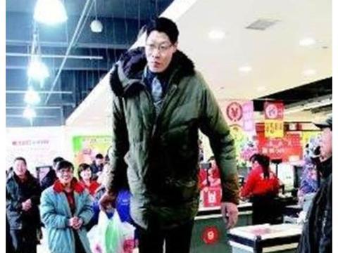 2米42中国第一巨人,结婚20年没孩子,1米6娇妻称:不方便
