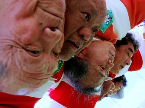 日本90岁大爷组队拼橄榄球,力拔山兮气盖世的老人家你见过吗?