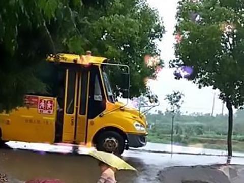 3岁妹妹冒雨接哥哥放学,哥哥下校车的瞬间,妹妹的举动暖哭妈妈