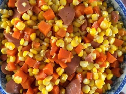 胡萝卜丁炒玉米粒,香甜可口,孩子们都特别喜欢