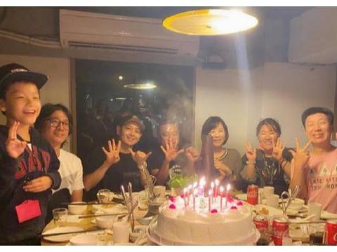 林志颖参加同学聚会,和同学看脸就像2代人,果然是不老男神