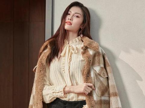何穗这是什么神仙衣品?穿格纹呢绒大衣帅气精干,好身材一览无余