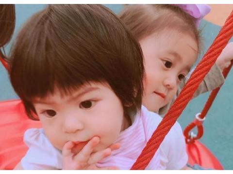 """有种""""姐妹情""""叫贾静雯的女儿,咘咘小手总护着波妞,画面超温馨"""