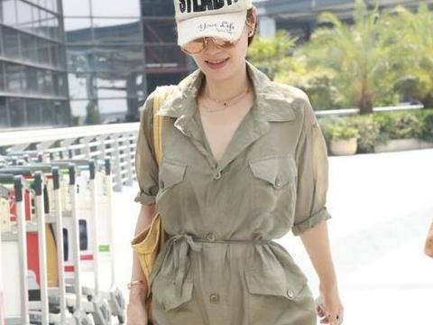 """马伊琍气质模仿不来,军绿色衬衫裙穿出""""高级感"""",小白鞋好减龄"""