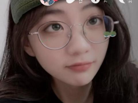 刘思瑶首次尝试眼镜妆,模样清纯如00后,比满天星小姐姐还要美