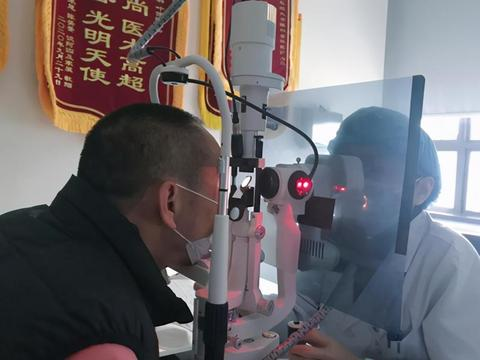 明基医院太学眼叶俊琳为幽闭恐惧症老人完成白内障手术重获光明
