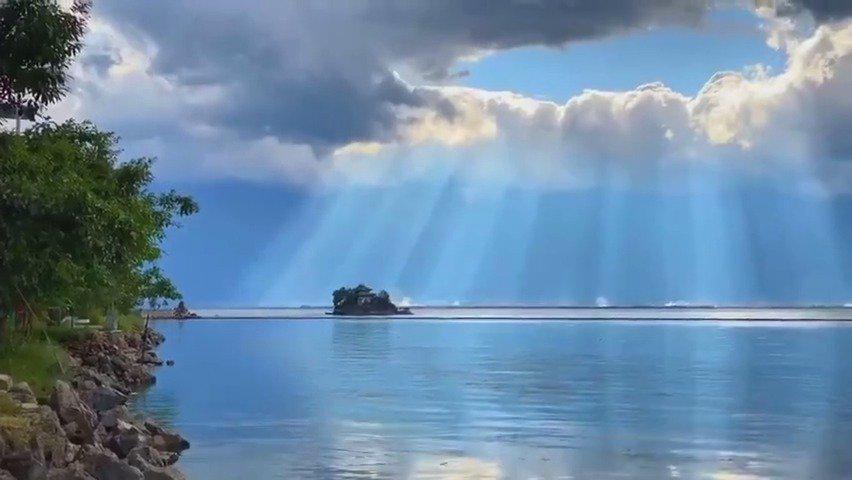 阳光穿透云层洒在洱海上,真的太美了