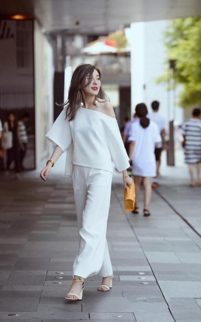 时尚穿搭:黑色漆皮的高腰短裙,散发出别致格调