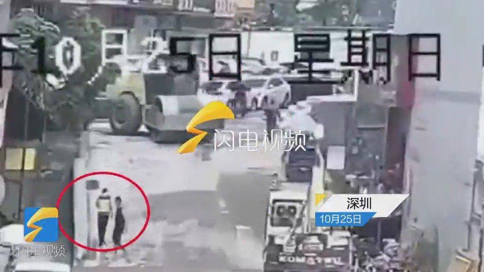 深圳一压路机下坡失控一男子被撞身亡