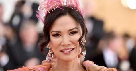 被邓文迪新造型惊艳到,穿刺绣斗篷裙女王范十足,这婀娜身段绝了