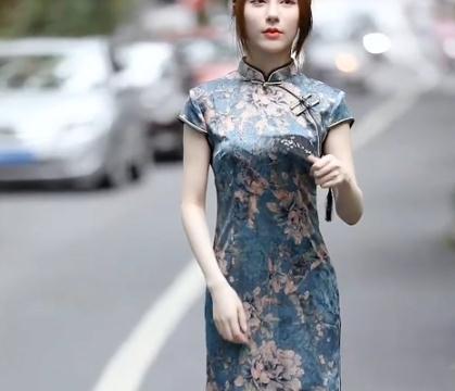 女人还是穿旗袍最美,一袭蓝色印花旗袍,温婉又优雅穿出女性韵味