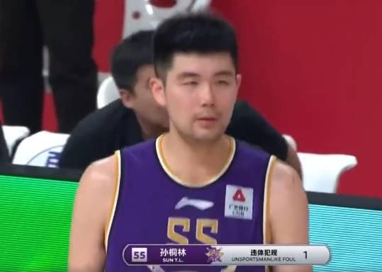 刘传兴对抗中被孙桐林推倒在地 裁判通过回看判罚孙桐林违体