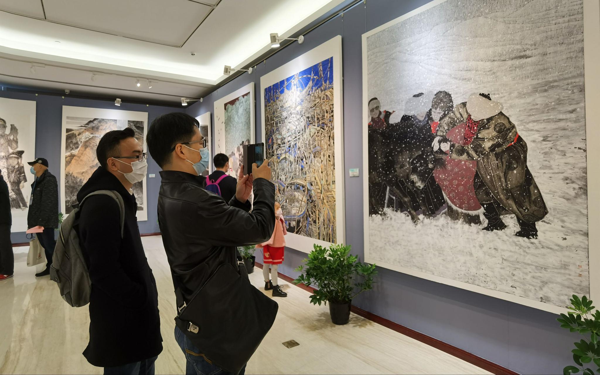 全国100多名美术家聚焦脱贫攻坚 在京展出田间地头作品图片