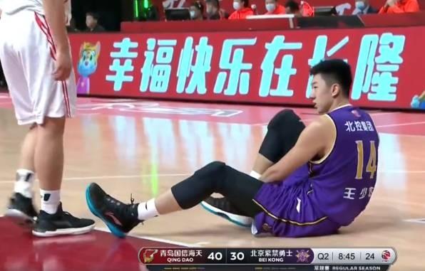 媒体人:王少杰透露今晚只是普通崴脚 并非跟腱受伤