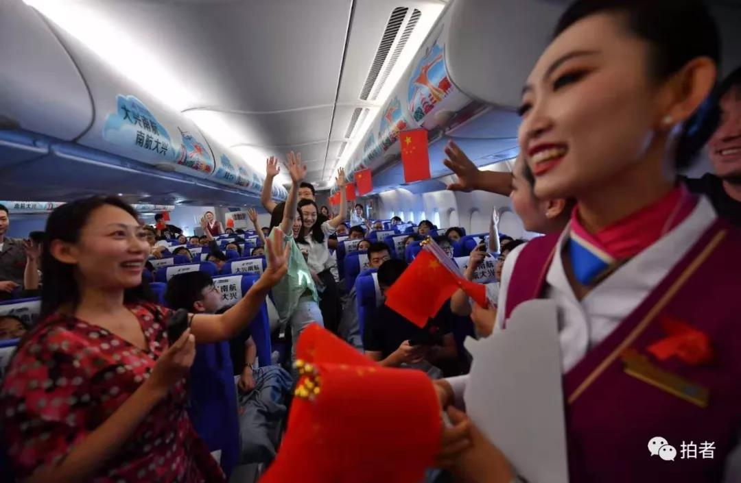 △2019年9月25日,加入初次通航运动的游客抢答有关北京大兴国际机场的提问。拍照/新京报记者李木易