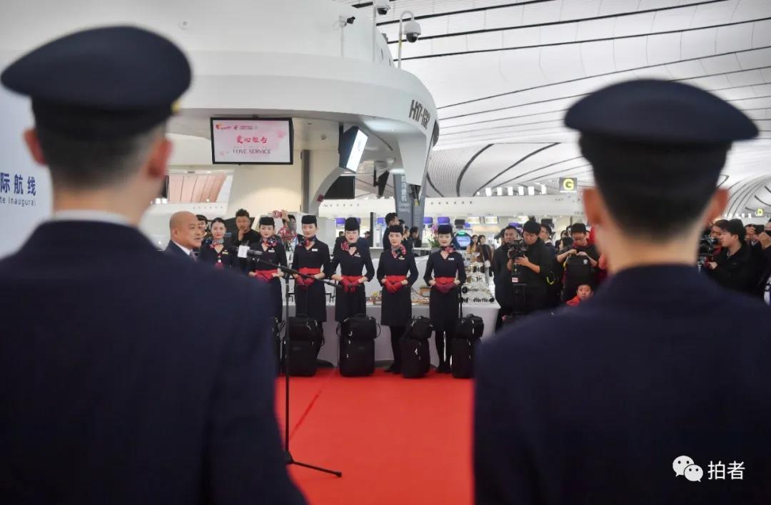 △ 2019年10月27日清晨7时许,大兴机场举办首个国际航班开航典礼。拍照/新京报记者李木易
