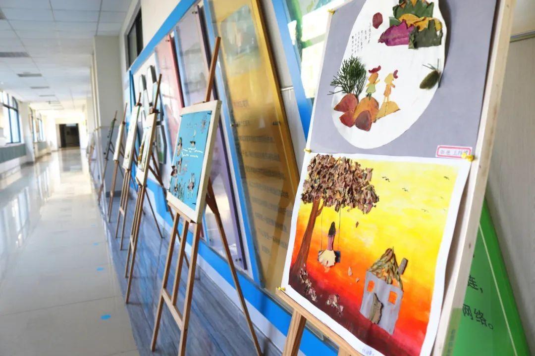 """开发区第二实验小学举办""""与落叶共舞""""树叶粘贴画画展"""