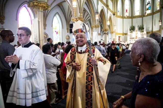"""教皇方济各任命美国首位黑人红衣主教,此前曾批特朗普""""摆拍"""""""