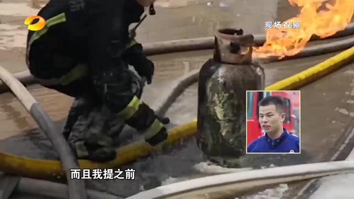 惊险!火灾现场,消防员徒手抱着着火的液化气罐狂奔|平民英雄
