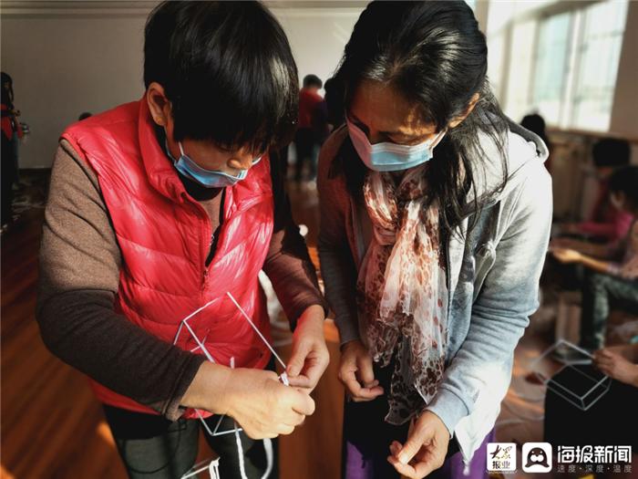 东营区文汇街道龙轩社区组织帮妇助残手工编织培训班