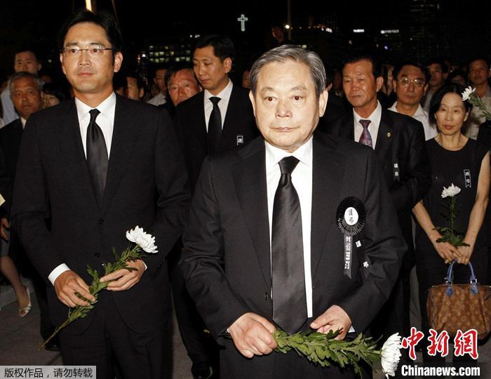 资料图为韩国三星集团会长李健熙和李在镕。