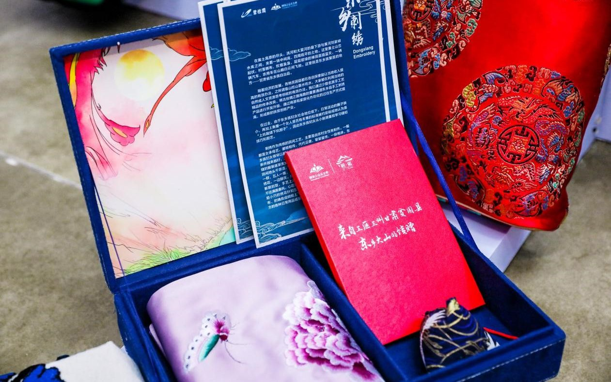 丝质顺滑的东乡刺绣丝巾。受访者供图