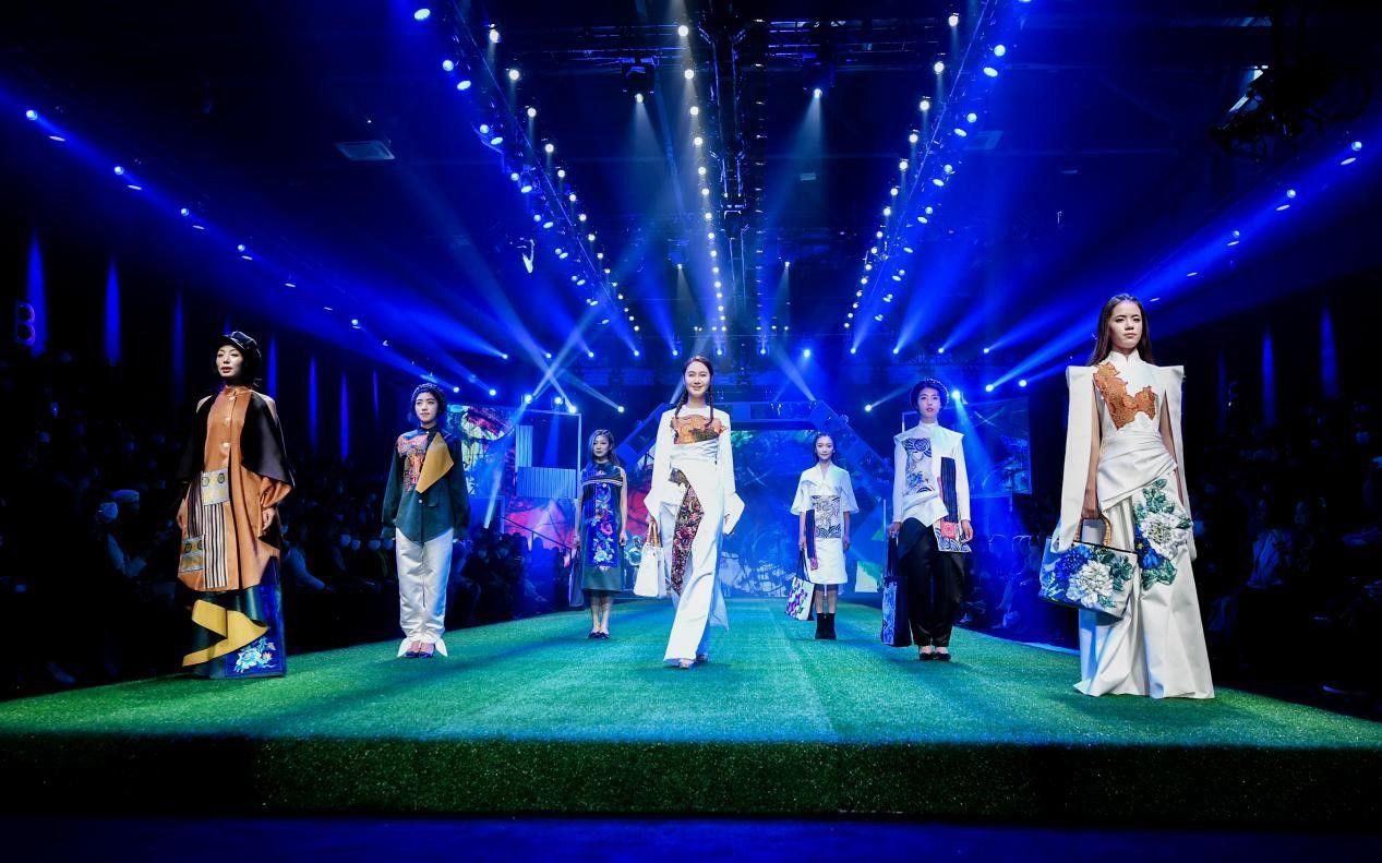 东乡绣娘在中国国际时装周T台走秀。受访者供图