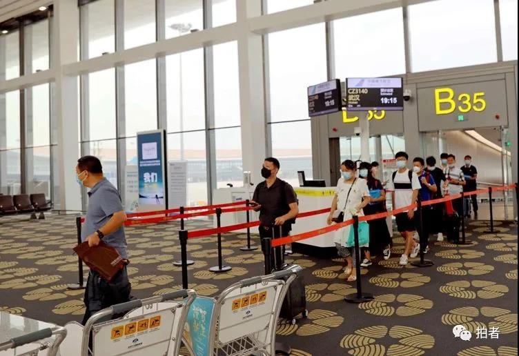 △ 2020年6月9日18时5分,南航CZ3139定时抵达北京大兴国际机场。这是新冠肺炎疫情以来中百姓航规复运行的首个武汉至北京客运正班航班,标记着武汉来回北京客运航线正式复航。拍照/通信员楚洪雨