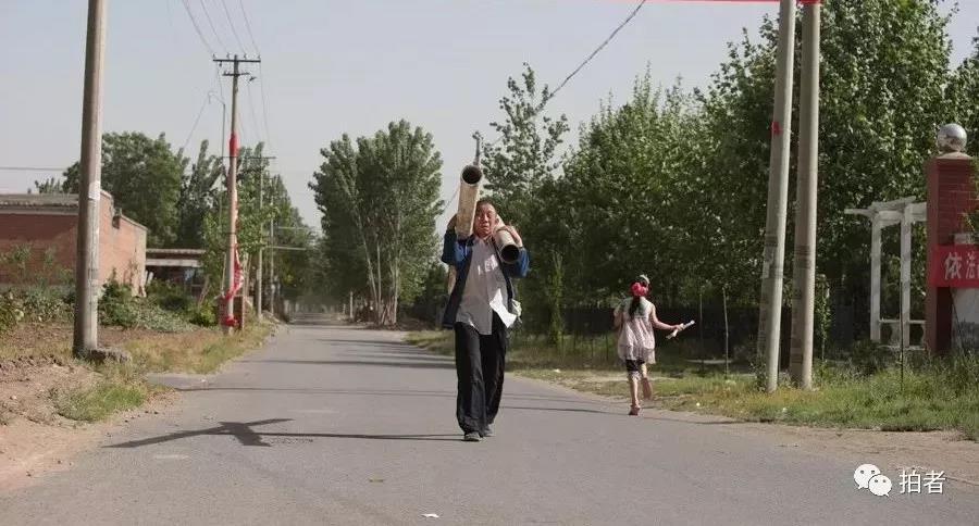 △ 2013年5月19日,大兴区礼贤镇祁各庄村,街道上的村民。该地是新机场建立计划的焦点地区。拍照 /新京报记者王嘉宁