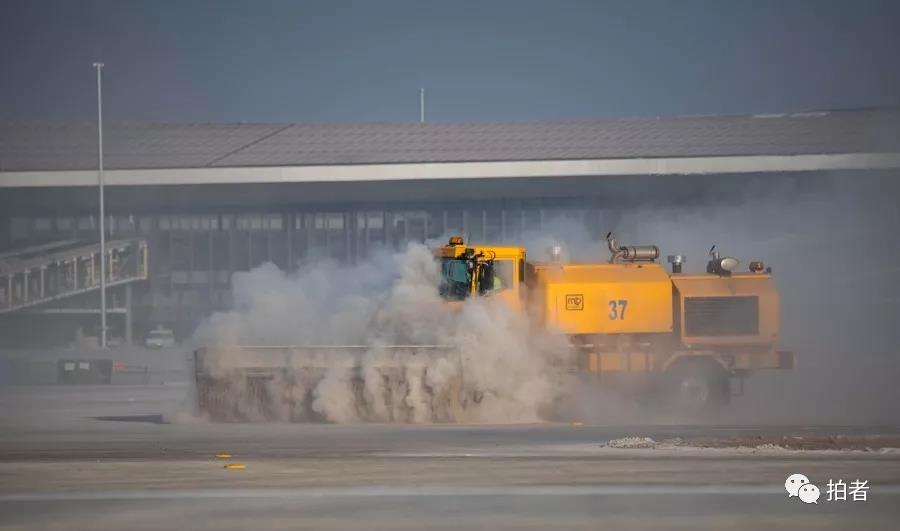 △ 2019年1月21日, 道场跑机。航行校验前,事情职员正在用大型装备清算跑道。拍照 / 新京报记者陶冉