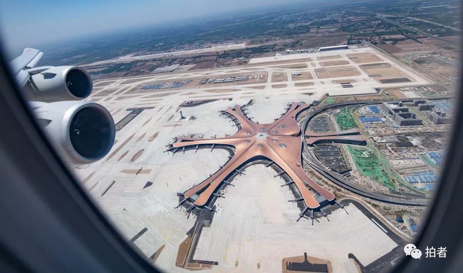 △ 2019年5月13日,大兴机场第一次真机试飞后,航空公司飞机又举行了一系列试飞运动。拍照 /新京报记者陶冉