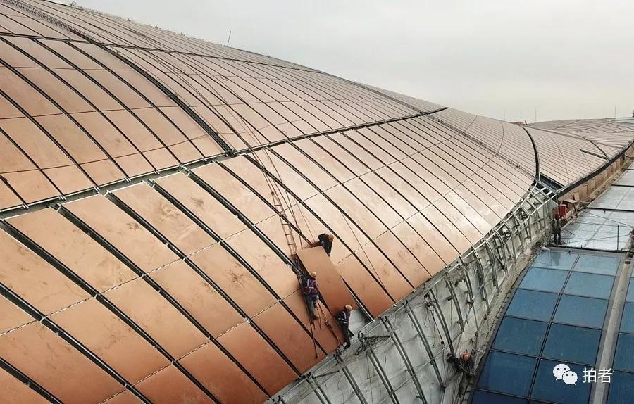 △ 2018年12月26日,大兴机场,施工职员正在安装航站楼外立面。拍照 /新京报记者王飞