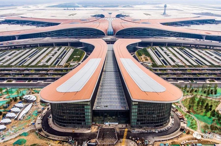 △ 2019年6月28日,航拍大兴机场的立体停车库。拍照 /新京报记者陶冉