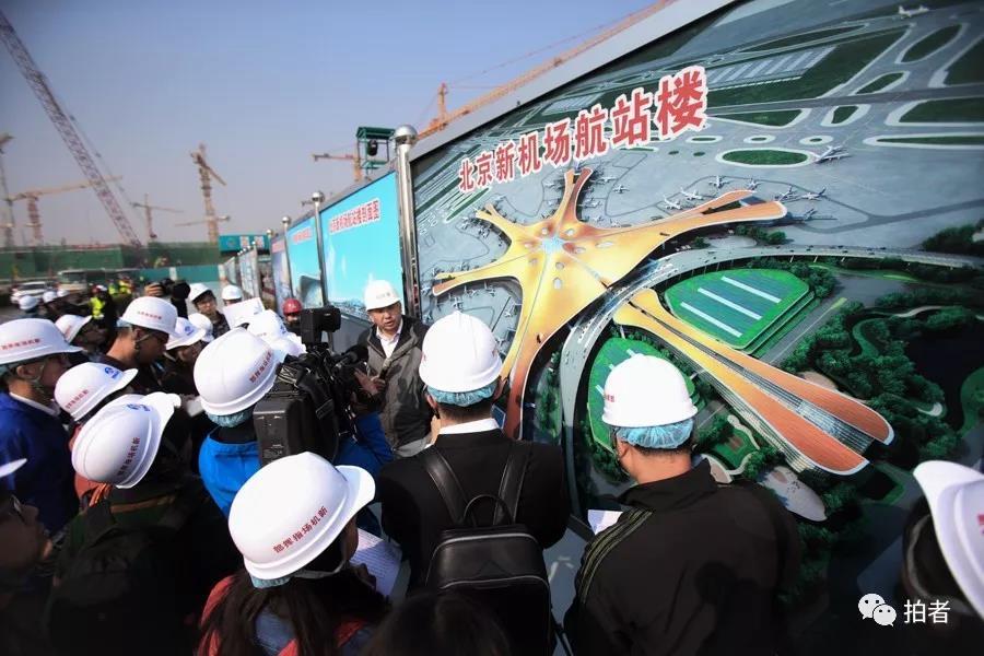 △ 2016年10月10日,事情职员正在展示北京新 站场航机楼。功效表示图。拍照 / 新京报记者王贵彬