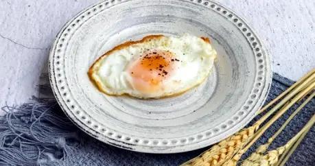 煎荷包蛋时,不要直接就下锅煎,这1步做好,鸡蛋不粘锅更完整