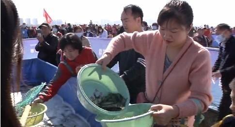 临沂市:第十届沂河放鱼节 万人齐参与 关爱母亲河