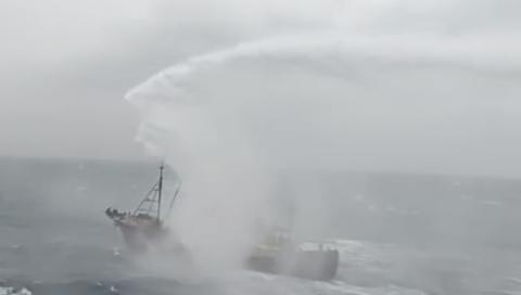 """大陆渔船遭台""""海巡署""""驱赶(视频截图)"""