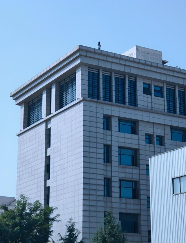 郑州一女商户爬上6楼天台欲轻生,或因市场面临拆迁