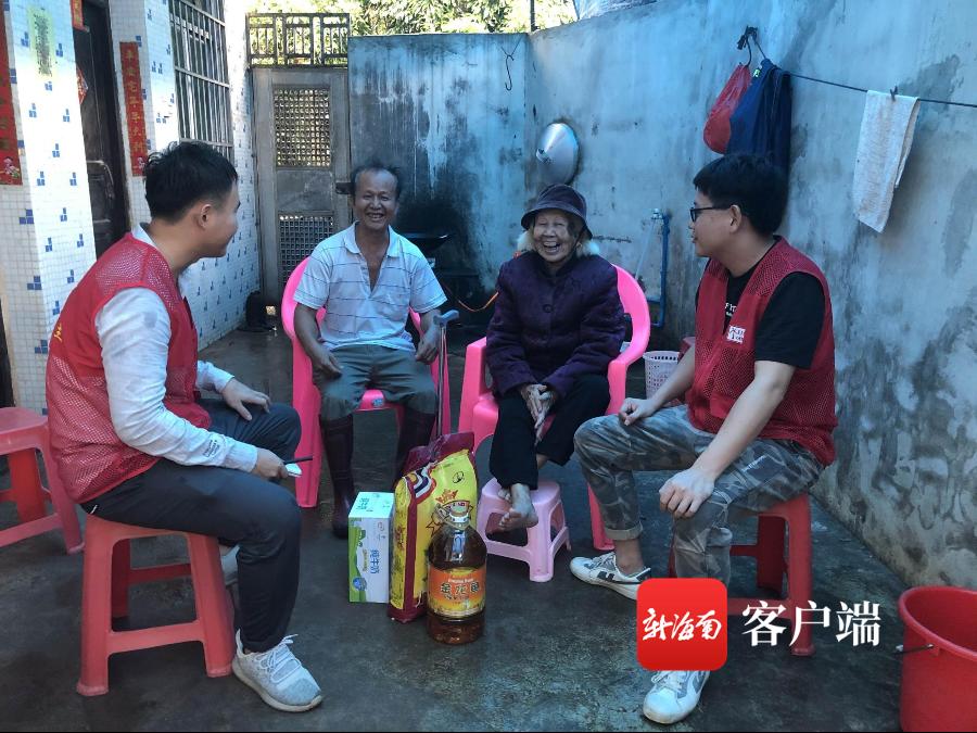 海口美兰区三江镇开展重阳节走访慰问高龄困难老人活动